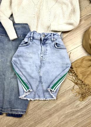 Крута джинсова міні спідничка з лампасами