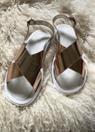 Новые босоножки asos золотые блестящие с ремешками переплеты летняя обувь туфли
