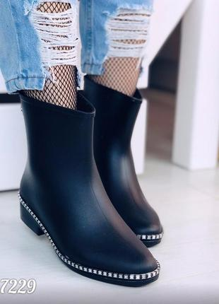 Стильные резиновые утепленные ботинки.