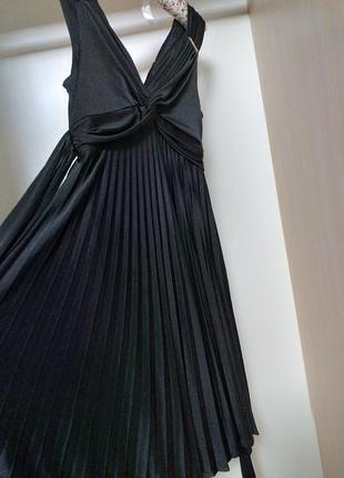 Черное платье с плисерованной юбкой с завышенной талией в греческом стиле