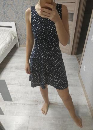 Красивое базовое летнее платье в горох