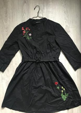 Сукня з вишивкою stradivarius