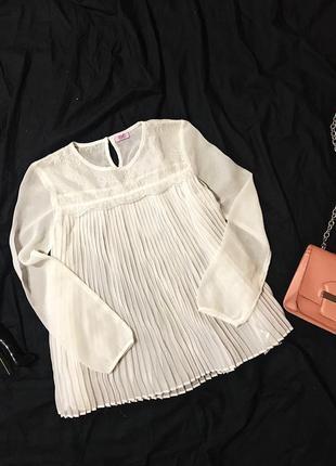 Красивая белая полупрозрачная кружевная шифоновая плиссированная блуза