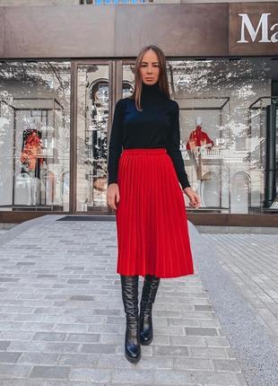 Красная теплая плиссированная юбка