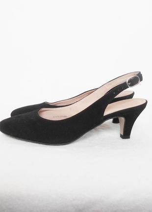 Черные босоножки из натуральной замши с закрытым носком