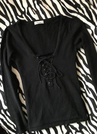 Черная трикотажная кофта с завязками