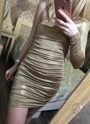 Золотое платье на вечеринку с открытым плечем
