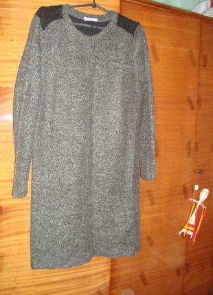 Тепленькое платье из буклированного трикотажа свободного кроя