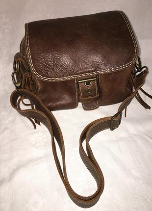 Добротная коричневая сумка кроссбоди от roots canada
