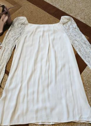 Нежное платье с гипюровыми рукавами