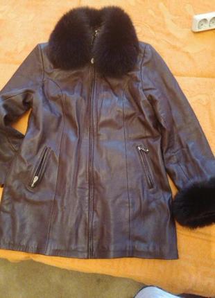 Курточка кожаная утепленная с песцовым воротником...