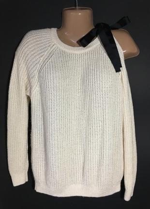 Стильный свитер с открытым плечом кремового цвета