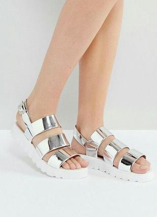 Серебряные сандалии на плоской подошве от asos