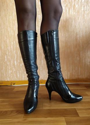 Кожаные черные осенне-весенние сапоги с лаковыми вставками.