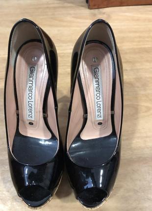 Чёрные лаковые туфли с открытым носком