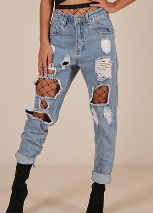 Крутые светлые рваные джинсы бойфренд с сеткой
