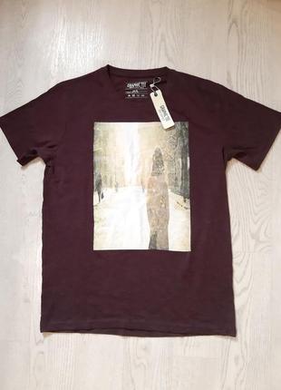Стильная футболка цвета баклажан с рисунком