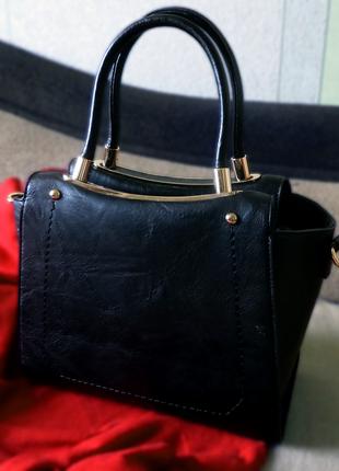 Кожаная сумка на короткой ручке с золотой фурнитурой