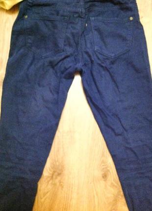 Растянутые синие штаны.
