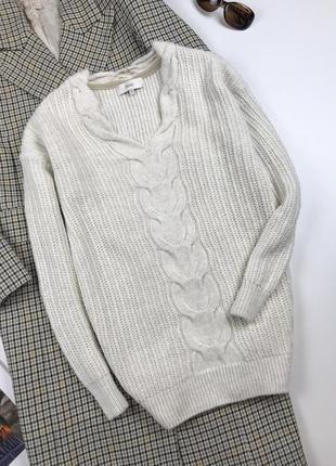 Оригинальный свитер с красивым вырезом горловины