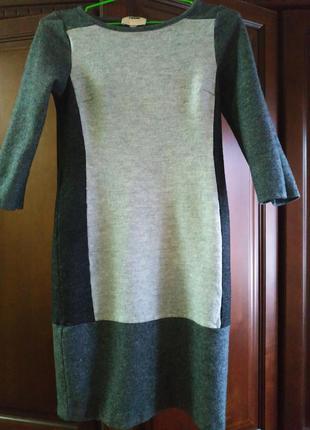 Платье деловое серое теплое шерстяное в графическом стиле