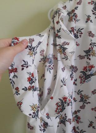 Блуза в цветок с открытыми плечами, разрезами на плечах и воланами, рюшами