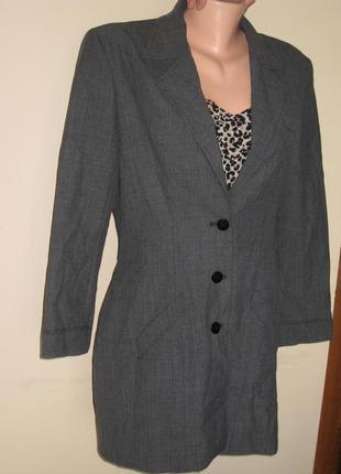 Серый длинный пиджак на пуговицах