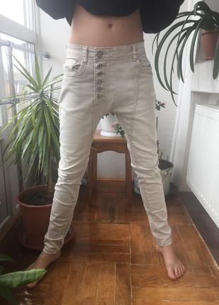 Актуальные брюки джинсы с наружными пуговицами бойфренд скини