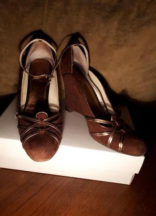 Чоричневые туфли из натуральной замши
