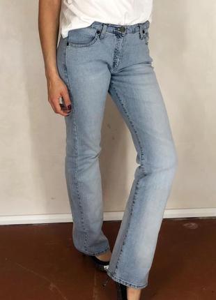 Светло голубые джинсы клёш