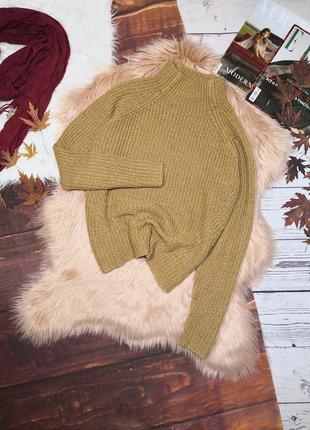 Горчичный свитер с горловиной