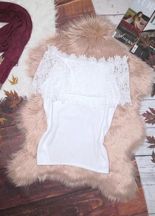 Белоснежная блуза с кружевным воротом на плечи