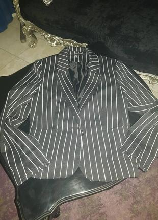 Классный,  деловой пиджак в полоску