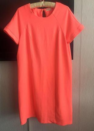 Красивое прямое платье цвета коралл