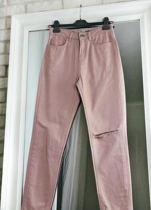 Джинсы мом нежно розовые на высокой талии с разрезом на колене зауженные