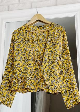 Желтая блуза в цветочек с длинным рукавом на пуговицах на запах