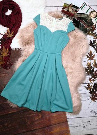Мятное платье с белым кружевом