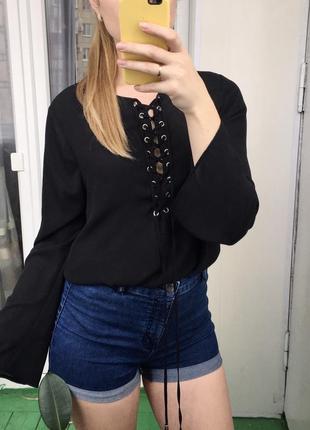 Чёрная блуза на шнуровке