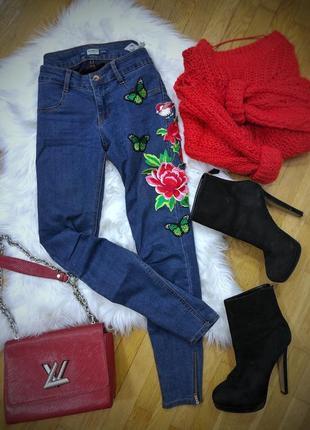 Шикарные джинсы скинни pull&bear с цветами размер s-m