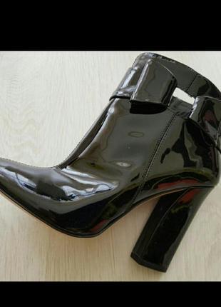 Эффектные лаковые ботинки carlo pazolini