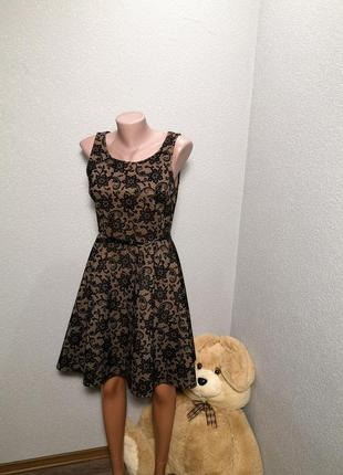 Красивое платье с бархатным рисунком
