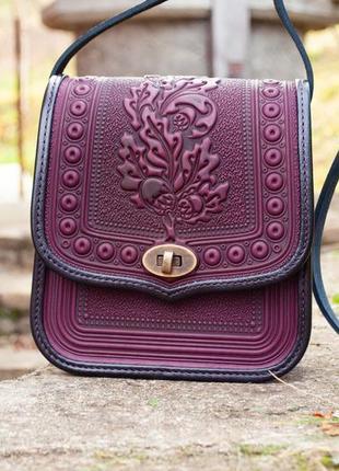 Кожаная женская сумка фиолетовая с черным через плечо с тиснением