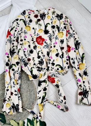 Блуза бежевая в цветочек с длинным рукавом размер m