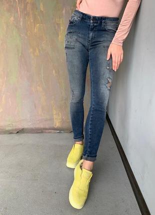Стильные джинсы скини с потёртостями