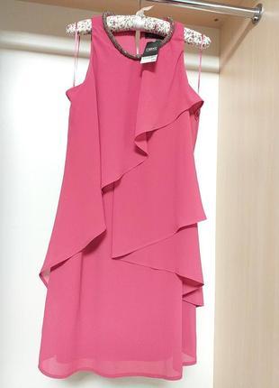 Платье розлво лососевого цвета с пышными воланами и укоашением на шее