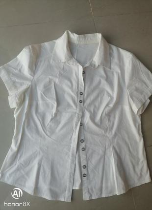 Белая рубашка с коротким рукавом и красивыми пуговицами