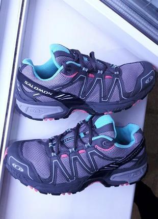 Красивые кроссовки бренда salomon.