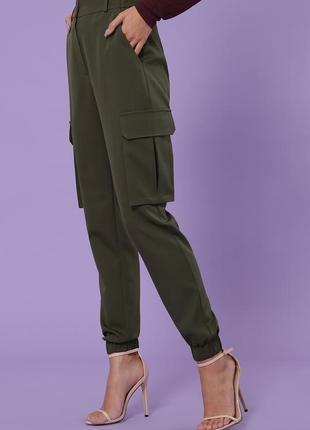 Штани карго кольору хакі