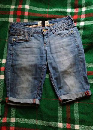 Стильные джинсовые бриджи с коралловыми вставками
