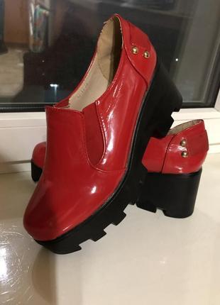 Стильные ботинки красные лаковые